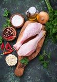Piernas de pollo sin procesar con las especias y el ajo Fotografía de archivo