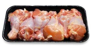 Piernas de pollo sin procesar frescas Imágenes de archivo libres de regalías