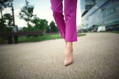 piernas de una chica joven en talones fotos de archivo