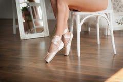 Piernas de una muchacha de la bailarina antes del funcionamiento Imagen de archivo libre de regalías