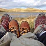 Piernas del adulto y del niño, pies y zapatos Foto de archivo