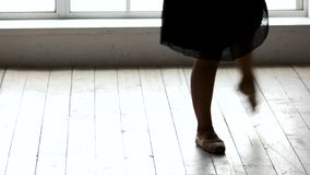 Piernas del ballet del entrenamiento de la bailarina almacen de metraje de vídeo