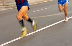 Piernas del corredor de maratón Imagenes de archivo