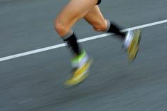 Piernas del corredor de maratón Fotos de archivo