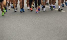 Piernas del corredor de maratón Imágenes de archivo libres de regalías