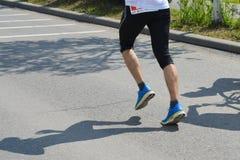 Piernas del corredor de maratón Foto de archivo