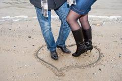 Piernas del coulpe feliz en el corazón Fotografía de archivo libre de regalías