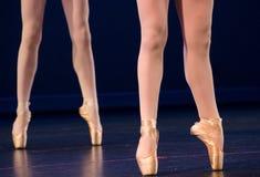 Piernas del dúo de bailarinas en pointe Imágenes de archivo libres de regalías