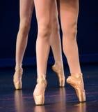 Piernas del dúo de bailarinas en pointe Foto de archivo