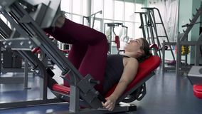 Piernas del entrenamiento de la mujer del primer en el gimnasio almacen de metraje de vídeo