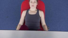 Piernas del entrenamiento de la mujer del primer en el gimnasio metrajes