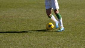 Piernas del futbolista Fotos de archivo