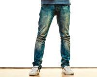 Piernas del hombre en estilo sport de los pantalones del dril de algodón Imagenes de archivo