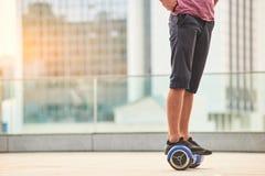 Piernas del hombre en gyroscooter Fotos de archivo