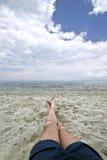 Piernas del hombre en la playa Fotografía de archivo
