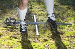 Piernas del hombre en los zapatos para el baile escocés Imágenes de archivo libres de regalías