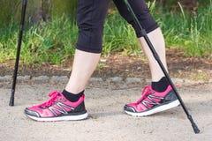 Piernas del nordic practicante que camina, concepto de la mujer mayor mayor de formas de vida deportivas en edad avanzada Foto de archivo