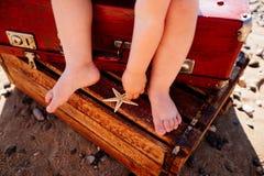 Piernas del ` s de los niños en el mar fotografía de archivo libre de regalías