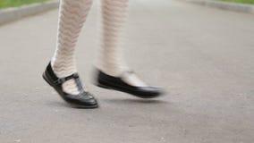 Piernas del ` s del bailarín Muchacha que baila danza a solas del oscilación del jazz en el pavimento del cuadrado del ` s de la  almacen de video