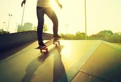 Piernas del skater que andan en monopatín imagen de archivo