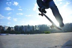 Piernas del skater que andan en monopatín Fotografía de archivo libre de regalías