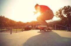 Piernas del skater que hacen un ollie de la pista imagen de archivo libre de regalías