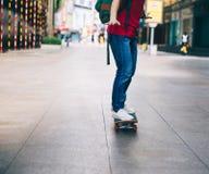 Piernas del skater que montan el monopatín imágenes de archivo libres de regalías
