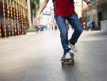 Piernas del skater que montan el monopatín fotos de archivo libres de regalías