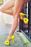 Piernas delgadas largas atractivas de la mujer en zapatos amarillos outdoor Imagen de archivo