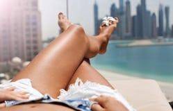 Piernas descalzas de la mujer del primer en el centro turístico Imágenes de archivo libres de regalías