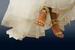 Piernas descalzas de la novia Imágenes de archivo libres de regalías