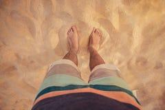 Piernas descalzo en la playa Foto de archivo