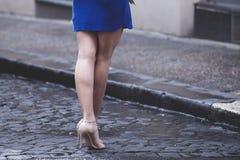 Piernas desnudas de la mujer con los talones y el paraguas Fotografía de archivo libre de regalías