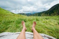 Piernas desnudas de un hombre al aire libre Imagen de archivo