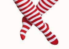 Piernas en calcetines rayados rojos y blancos Fotografía de archivo libre de regalías
