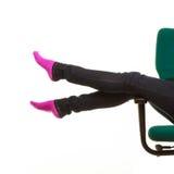 Piernas en el calcetín caliente, muchacha que se relaja en la silla de rueda Imagen de archivo libre de regalías