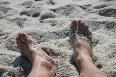 Piernas en la playa Fotos de archivo libres de regalías