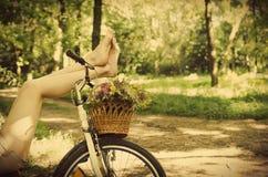 Piernas en una bicicleta Imagen de archivo