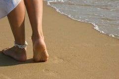 Piernas en una playa Imagen de archivo libre de regalías