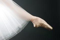 Piernas en zapatos de ballet fotos de archivo