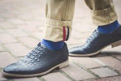 Piernas en zapatos elegantes Imágenes de archivo libres de regalías
