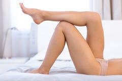 Piernas femeninas atractivas en la cama Fotografía de archivo