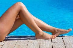 Piernas femeninas atractivas en la piscina Imagen de archivo libre de regalías