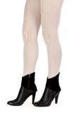 Piernas femeninas bien proporcionadas en pantyhose y zapatos Imágenes de archivo libres de regalías