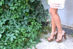 Piernas femeninas bronceadas en talones Imagen de archivo libre de regalías