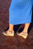 Piernas femeninas bronceadas en talones Foto de archivo