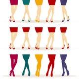 Piernas femeninas con los zapatos coloridos Fotos de archivo