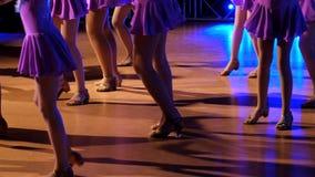 Piernas femeninas de los bailarines durante la competencia almacen de metraje de vídeo