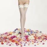 Piernas femeninas delgadas en medias Foto de archivo libre de regalías