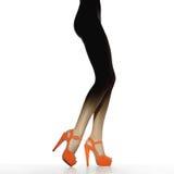 Piernas femeninas delgadas en zapatos rojos Fotos de archivo libres de regalías